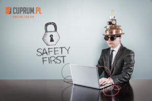 Safety First człowiek w ochronnym hełmie